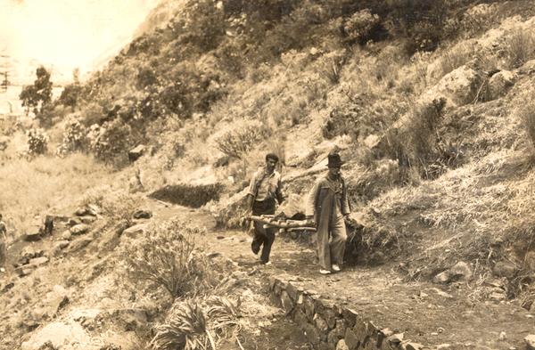 Cargando piedras 1954 -